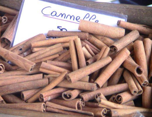 Laski kory cynamonowej na targu